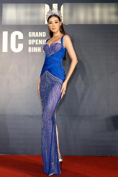 Hoa hậu Khánh Vân đội vương miện tạo điểm nhấn. Cô khoe vóc dáng quyến rũ sau thời gian
