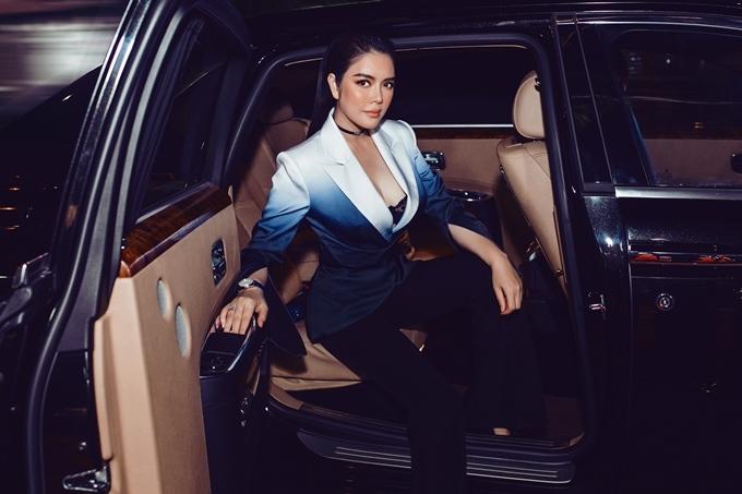 Lý Nhã Kỳ đổi phong cách với bộ suit gợi cảm, lấp ló nội y. Cô cũng gây chú ý khi xuất hiện bên siêu xe.