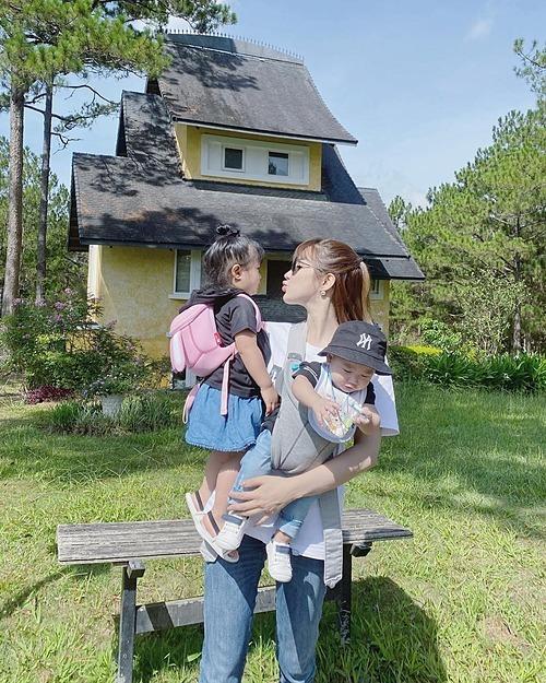 Diệp Lâm Anh một nách hai con khi du lịch ở Đà Lạt.