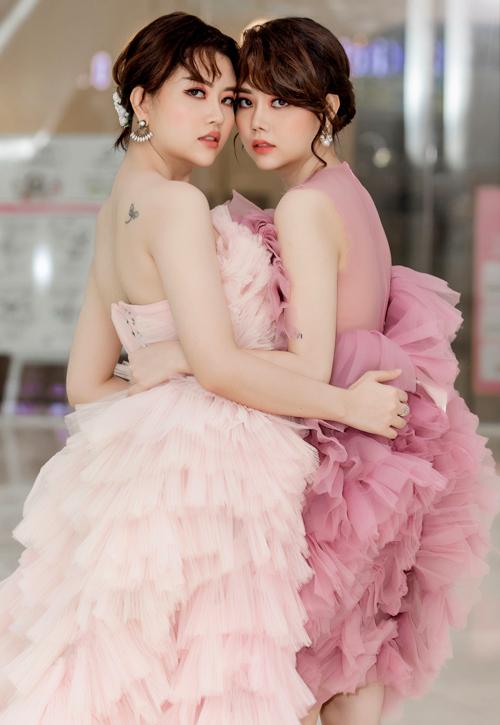 Hai chị em diện váy áo đồng điệu, khoe nhan sắc gợi cảm trong buổi công bố sản phẩm mới.