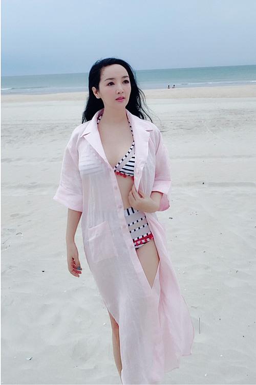 Hoa hậu đền Hùng Giáng My diện bikini khoe nhan sắc tươi trẻ ở tuổi 49.