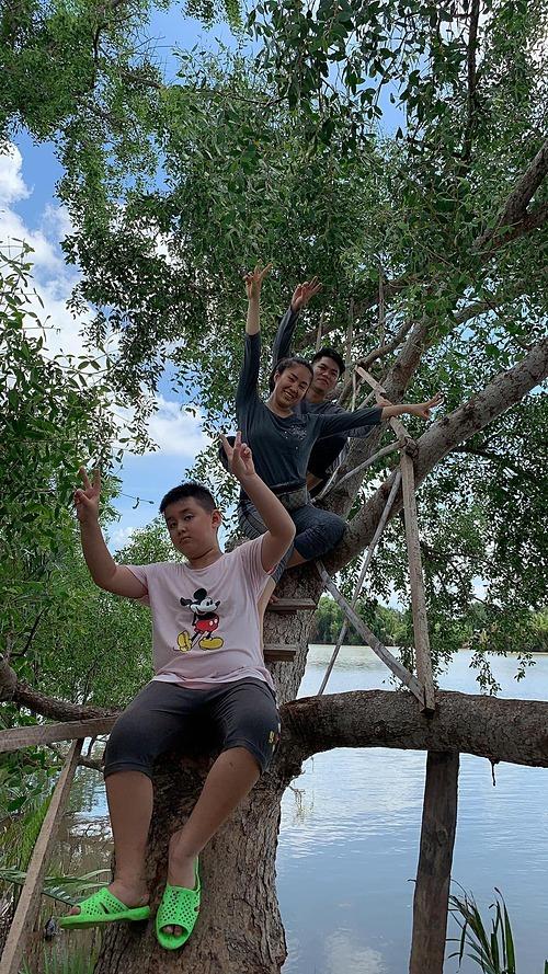 Vợ chồng Lê Phương và con trai Cà Pháo trèo cây, trải nghiệm nhiều điều thú vị với ruộng đồng khi về quê Trà Vinh.