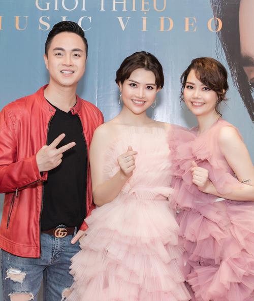 Ca sĩ Nhật Tinh Anh phong độ ở tuổi ngoài 40. Anh tới chúc mừng hai cô em đồng nghiệp.