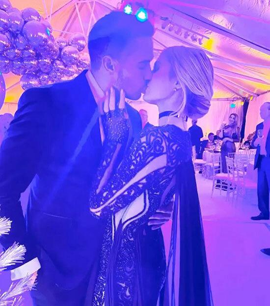 Vào cuối tháng 4, Paris đăng bức ảnh hôn người tình mới trên Instagram và tiết lộ hai người đã trải qua một năm bên nhau. Người đẹp và Carter Reum đã giữ bí mật về mối quan hệ của họ suốt nhiều tháng trước khi chính thức giới thiệu với bạn bè, người hâm mộ.