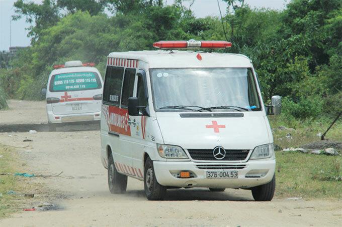 Xe cứu thương được điều tới để phục vụ khám nghiệm tử thi. Ảnh: Hoài Nam