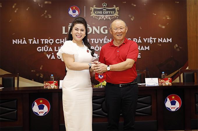 HLV Park Hang-seo bắt tay bà Lê Hoàng Diệp Thảo trước lễ ký kết tài trợ.