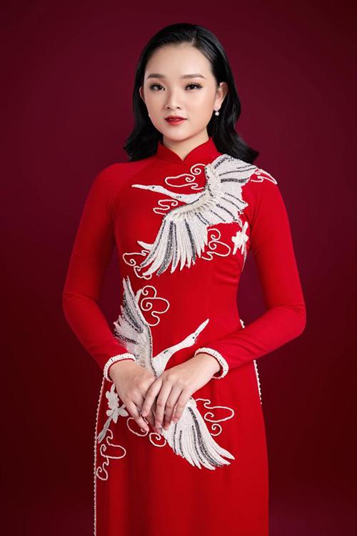 Chất liệu vải co giãn được Minh Châu ưu tiên lựa chọn, giúp cô dâu có được trang phục thoải mái và đáp ứng tiêu chí thẩm mỹ. đỏ đô thêu rồng phụng cách tân song ngư phụng hạc hoa văn cung đình