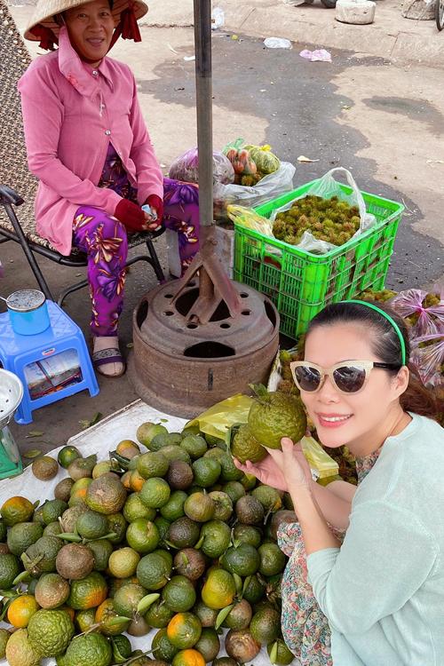 Mỹ Lệ mua cam sành về vắt nước uống giải nhiệt. Mùa hè thời tiết Sài Gòn nắng nóng cao