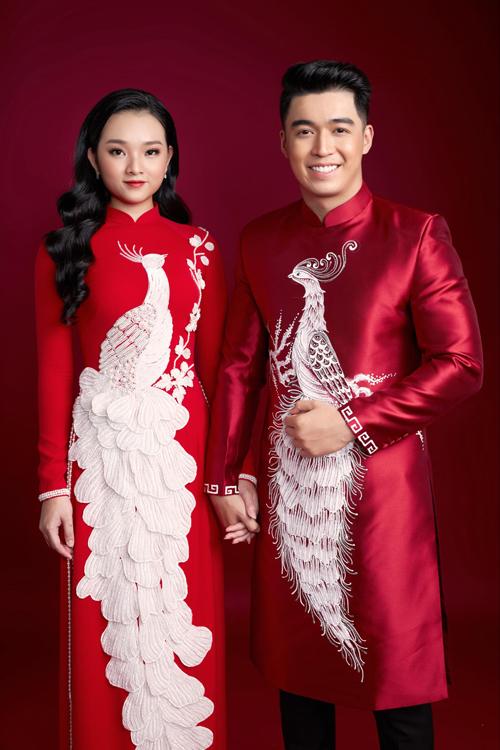 Cặp áo dài đỏ như trở thành bức tranh với hình ảnh chim phượng hoàng được thêu đính tỉ mỉ. Minh Châu làm nên các mảng miếng nổi khối, giúp họa tiết tấm áo có hiệu ứng 3D sinh động.