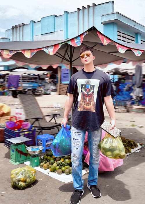 Nathan Lee mua một số trái cây đem về Sài Gòn.