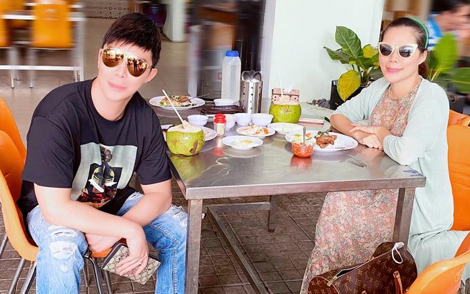 Giọng ca Xinh và đàn chị Mỹ Lệ chơi thân hơn 10 năm, gắn bó như chị em. Mỹ Lệ hiện giải nghệ ca hát nhưng vẫn thường xuyên gặp gỡ Nathan Lee trò chuyện về âm nhạc và các sự kiện của làng giải trí.