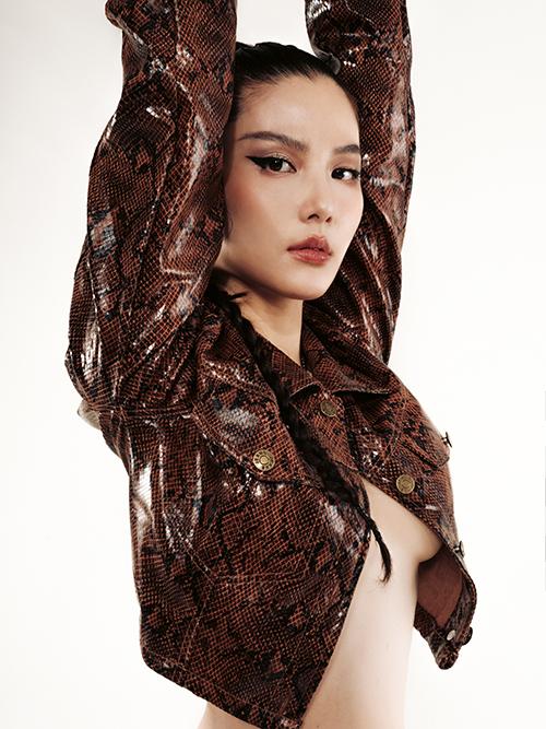 Chiếc áo khoác hờ để lộ chân ngực gợi cảm của nữ diễn viên. Đây là lần đầu tiên diễn viên Tình yêu và tham vọngdiện mốt thả rông vòng một.