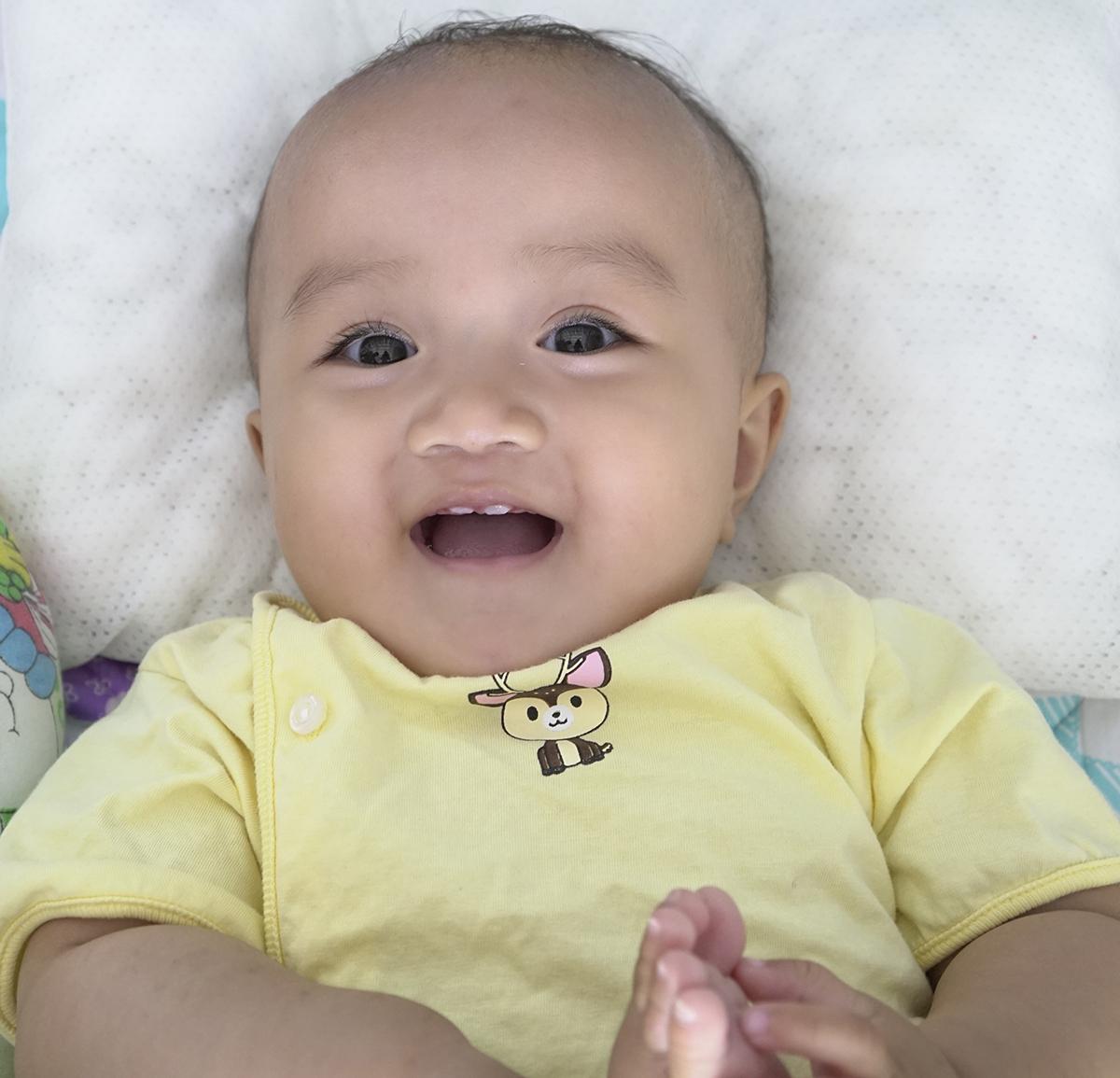 Bé Mincó đôi mắt to và lông mi cong, dài. Mẹ bé chia sẻ, lúc Min mới ra khỏi phòng sinh, nhìn thấy bé, câu đầu tiên của cô y tá bé là Ui chao, bé có cặp lông mì dài chưa kìa!.