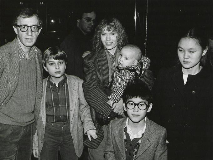 Soon-Yi Previn (phải) khi còn bé sống cùng mẹ nuôi và các em, được Woody Allen (trái) chăm sóc dù ông không phải là bố trên giấy tờ.