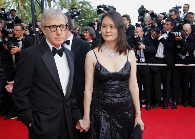 Vợ chồng Woody Allen trên thảm đỏ Cannes. Ảnh: AFP.