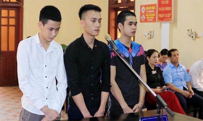 Bị cáo Đệ, Hạnh và Đắc (từ trái qua) tại tòa. Ảnh: Thu Trang