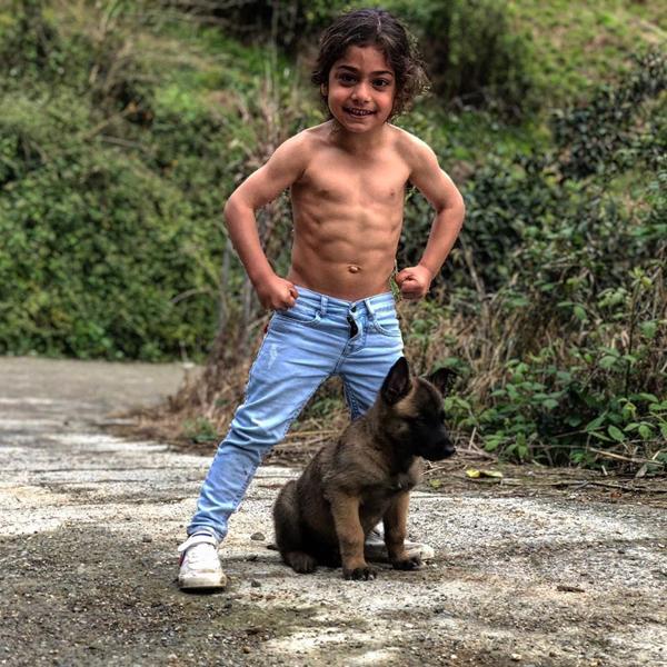 Bé Arat Hosseini cởi áo khoe bụng 6 múi. Ảnh: Instagram.