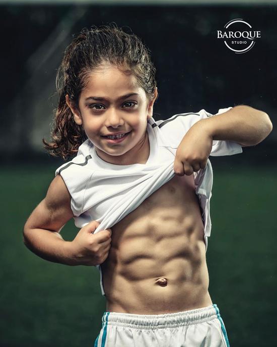 Cậu bé 6 tuổi Arat Hosseini nổi bật với cơ bụng 6 múi và yêu thích bóng đá. Ảnh: Instagram.