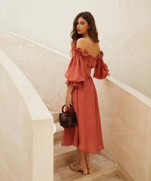 So với các kiểu đầm cut-out, váy ngắn, đầm maxi cũng có khả năng tông nét sexy cho người mặc.