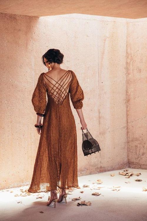 Váy dáng dài dành cho mùa nắng ngoài chi tiết tay bồng được được tô điểm thêm phần dây đan bắt mắt.