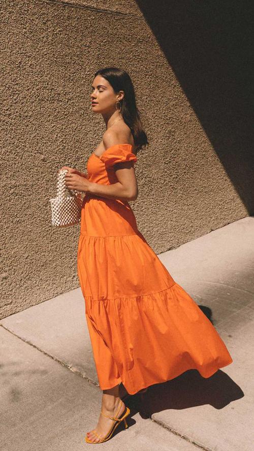 Váy dáng dài cho các nàng có vai thon và thân hình mảnh dẻ. Tông cam bắt mắt vừa phù hợp với nàng da trắng vừa dễ ứng dụng cho các cô gái có làn da rám nắng.