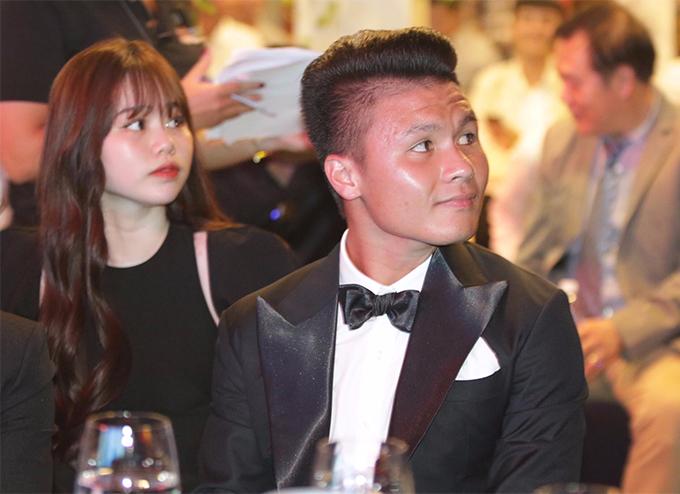 Quang Hải có mặt tại TP HCM vào chiều 26/5 để dự gala trao giải Quả bóng vàng Việt Nam 2019. Đi cùng tiền vệ CLB là cô bạn gái Huỳnh Anh.