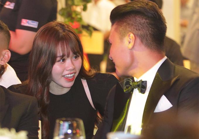 Trước khi buổi lễ diễn ra, Quang Hải tíu tít trò chuyện, cười nói cùng bạn gái.