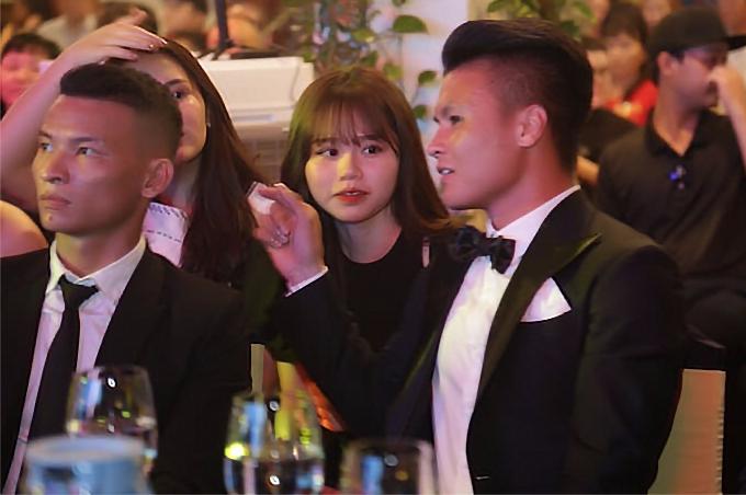 Quang Hải và Huỳnh Anh mới công khai hẹn hò được khoảng hai tuần. Mới đây, tiền vệ CLB Hà Nội đã đưa bạn gái về nhà ra mắt người thân.