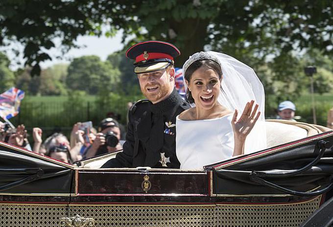Đám cưới hoàng gia của Harry - Meghan được đông đảo người dân Anh chúc mừng hồi tháng 5/2018. Ảnh: Mail.