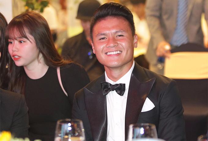 Quang Hải rạng rỡ trước khi buổi lễ bắt đầu. Anh và Hùng Dũng được đánh giá là hai ứng viên nặng ký nhất cho danh hiệu Quả bóng vàng nam.