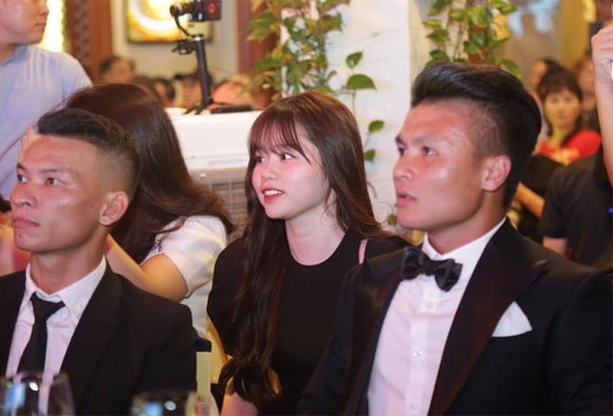 Sau khi công khai tình cảm, Quang Hải và Huỳnh Anh bị nhiều người ném đá, đặc biệt từ phía những người yêu mến Nhật Lê (bạn gái cũ Quang Hải).