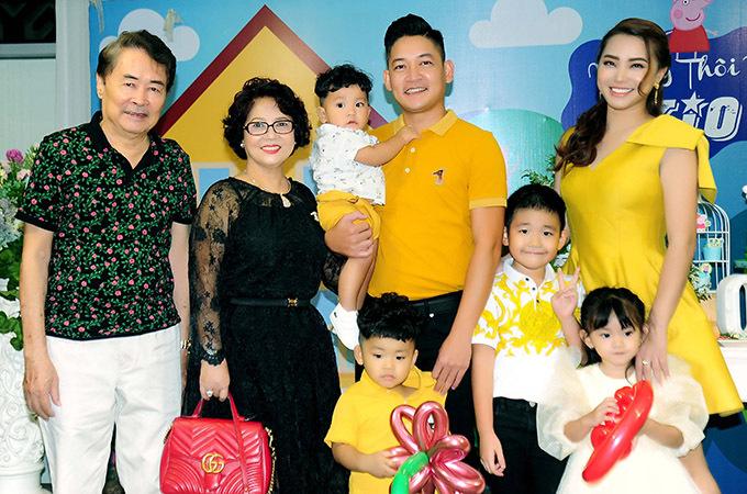 Nghệ sĩ Hai Nhất và vợ chụp ảnh cùng con trai, con dâu và 4 cháu nội trong buổi tiệc ấm cúng.