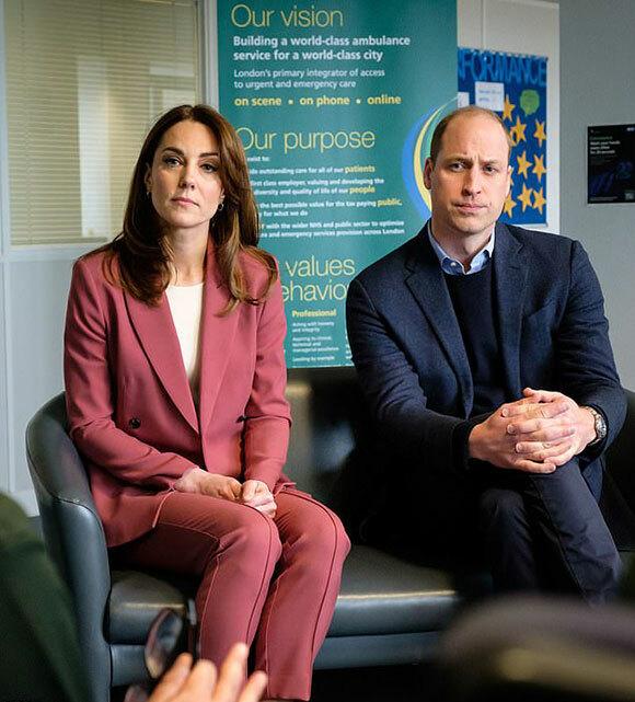 Vợ chồng William - Kate thăm trung tâm nhận cuộc gọi cấp cứu của NHS tại Croydon, London, hôm 19/3. Ảnh: PA.