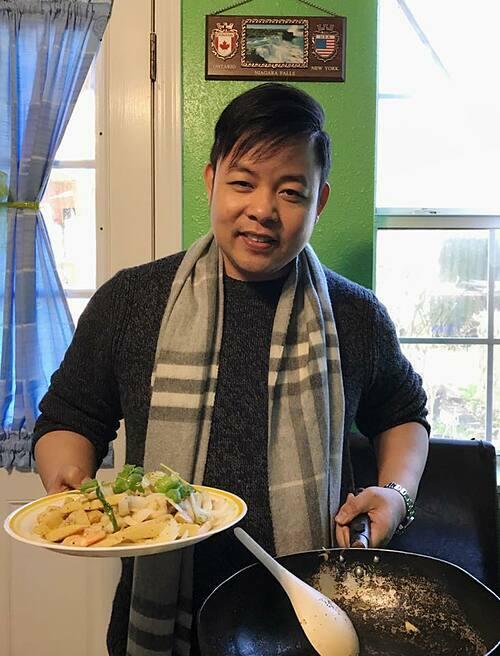 Ca sĩ Quang Lê vào bếp trổ tài nấu ăn.