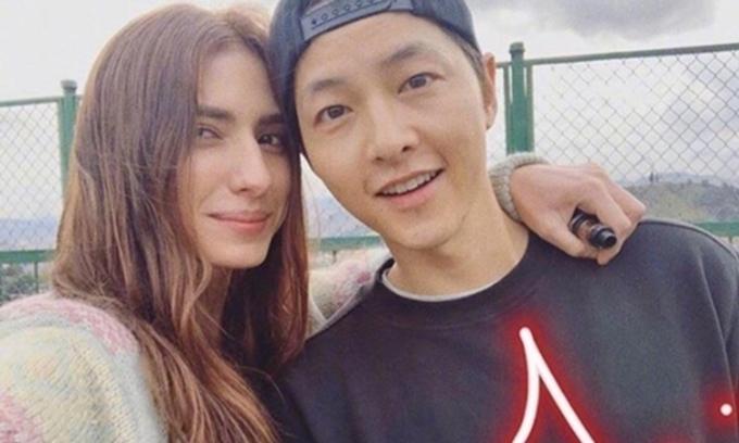 Song Joong Ki và một đồng nghiệp người nước ngoài quay phim tại Colombia.