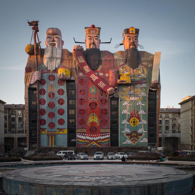 Trung Quốc nổi tiếng với những công trình độc đáo chẳng giống ai. Một khách sạn mô phỏng 3 bức tượng vị thần Phúc - Lộc - Thọ khổng lồ được đặt tại thành phố Sanhe, tỉnh Hà Bắc từng thu hút sự chú ý của giới kiến trúc thế giới.