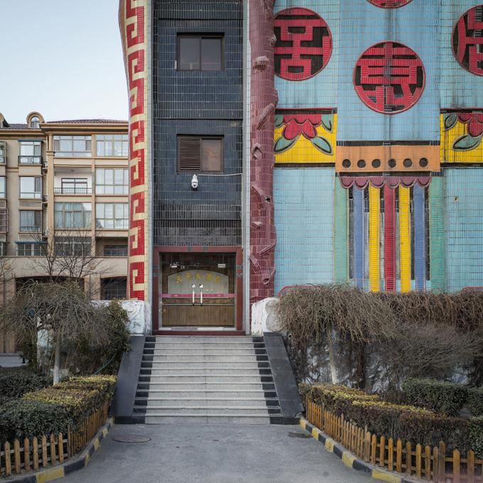 Cửa ra vào khách sạn ở tầng 1. Trong văn hóa của người Trung Quốc, 3 vị thần Phúc - Lộc - Thọ luôn đi với nhau mang ý nghĩa may mắn, thịnh vượng và trường thọ.