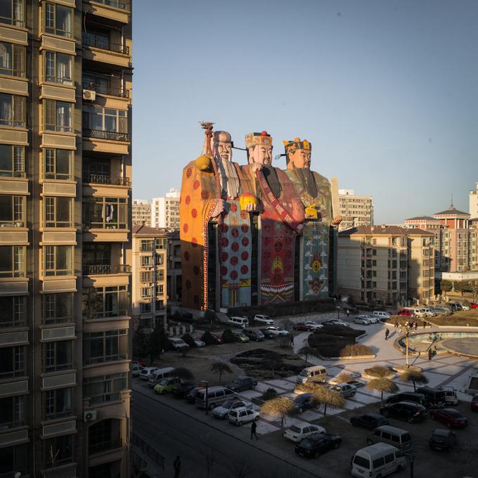 Năm 2011, khách sạnTianzi Hotelđã được Kỷ lục Guinness thế giới công nhận là tòa nhà có hình ảnh lớn nhất và thường được gọi với biệt danhSon of Heaven (đứa con của trời). Trong tiếng Trung, tianzi cũng có ý nghĩa tương tự (thiên tử).