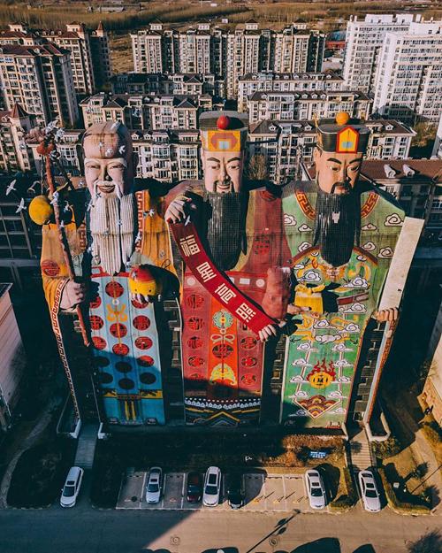 Nhìn từ xa, công trình này rất nổi bật giữa các tòa nhà cao tầng xung quanh bởi hình dáng chẳng giống ai. Nhiều người lầm tưởng đây là một tượng thần khổng lồ nhưng thực chất bên trong là cả một khách sạn rộng lớn.