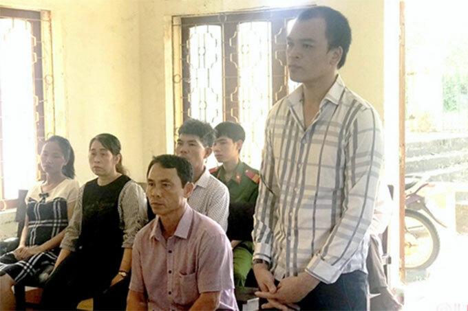 Bị cáo Long (áo sọc) và Phụng (áo tím) tại tòa. Ảnh: Trương Minh
