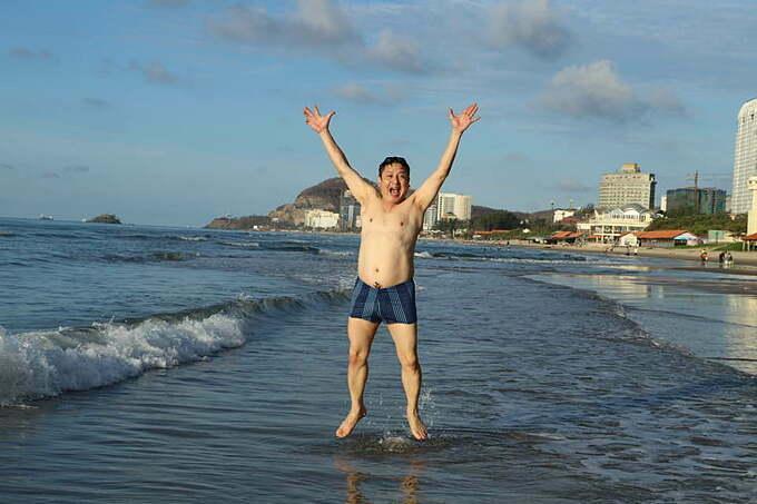 Sao ở đây mất tiêu 5 múi vậy trời?, nghệ sĩ Chí Trung hài hước bình luận về bức ảnh du lịch Vũng Tàu của mình.