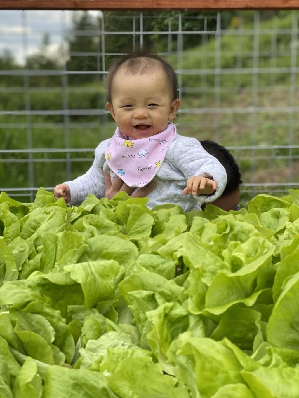 Con gái Bùi Hoài An đã 9 tháng tuổi và rất biết làm trò cho ba mẹ vui.