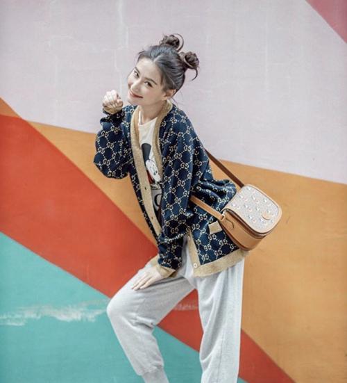 Ái nữ của tỷ phú giàu nức tiếng Macau khoe dáng nhí nhảnh với set đồ Gucci. Mẫu túi cô sử dụng có giá