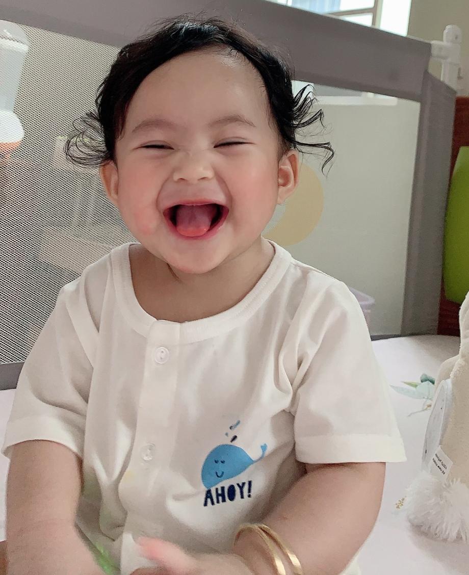 Con gái yêu của mẹ xinh nhất là nụ cười và đây là nụ cười đầu đời của con.Mỗi lần con cười là trái tim ba mẹ tan chảy. Nhìn thấy nụ cười của con thì bao nhiêu muộn phiền tan biến hết.