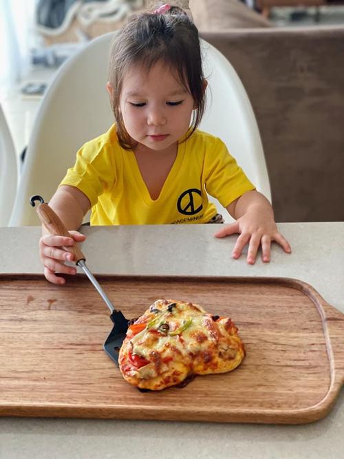Bé Myla, con gái gần 2 tuổi của Hà Anh thưởng thức pizza trái tim mẹ làm.