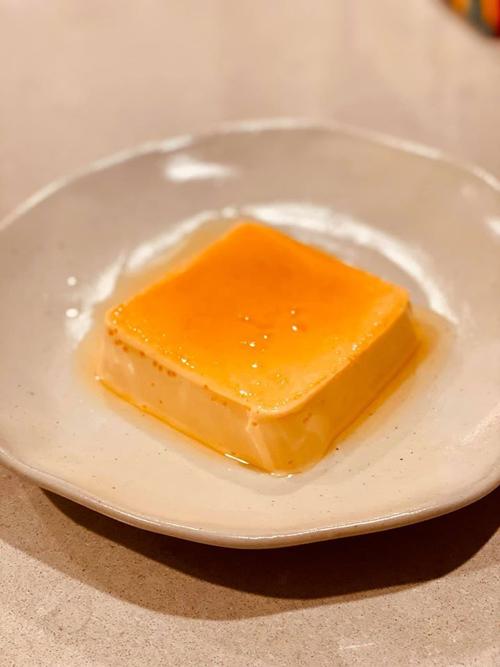 Thi thoảng, siêu mẫu làm món tráng miệng lúc có thời gian. Flan caramen được chồng chị tấm tắc khen ngon, tưởng là cheese cake.