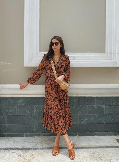 Nội bật trong xu hướng thời trang hè 2020 là sự trở lại của các mẫu váy suông dáng cổ điển. Đầm họa tiết như Tăng Thanh Hà dễ sử dụng để đi dạo phố, hẹn hò cafe cùng bạn bè.