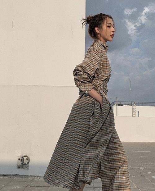 Đối nghịch với style váy thùng thình là xu hướng đầm siết eo, thắt eo vẫn được Phí Phương Anh và các fashionista ưa chuộng.