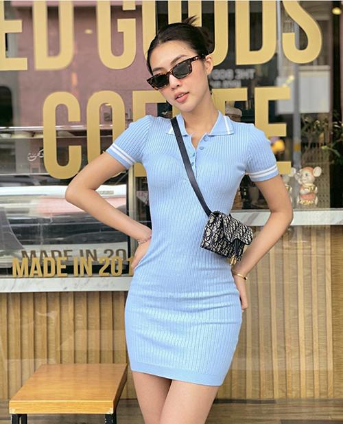 Đầm bó sát khoe đường cong hút mắt được Tường Linh sử dụng cùng túi đeo chéo của Dior.