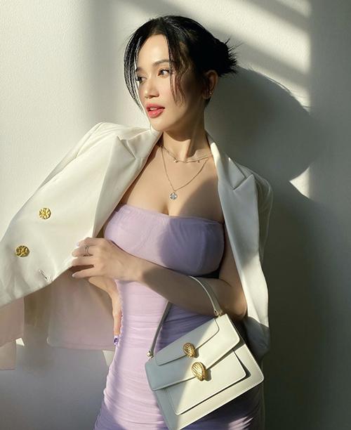 Diện váy ôm dáng cúp ngực để khoe dường cong, Sĩ Thanh chọn thêm blazer hài hòa sắc màu để phối đồ.